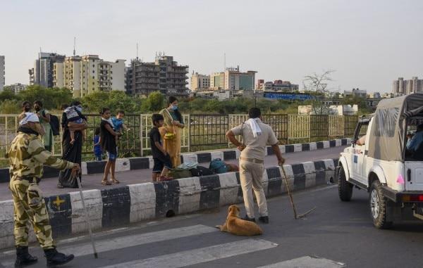 पुलिस के कई सिपाहियों की कहना है कि तमाम मजदूर अपनी समस्याओं के साथ पुलिस के पास ही आते हैं लेकिन हमारे पास संसाधन नहीं हैं उनको घर भेजने के. फोटो: PTI