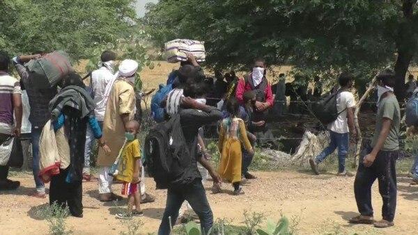 ये मजदूर गुजरात, महाराष्ट्र जैसे राज्यों से लौटे हैं. (Photo: India Today)