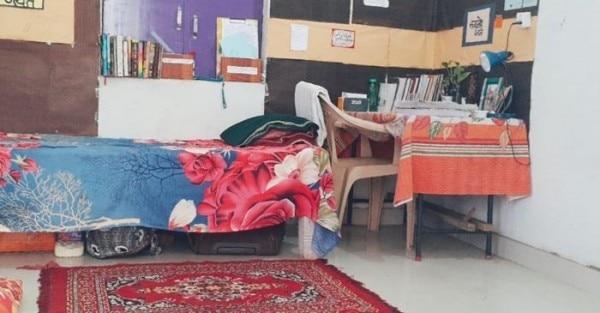 नेहा के कमरे की तस्वीर है. उन्होंने ही उतारी है.