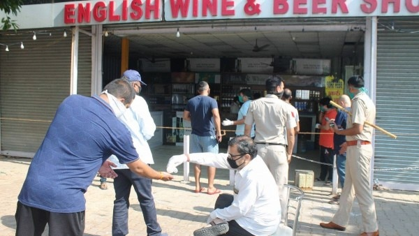 पंजाब सरकार ने शराब की दुकानों पर सैनेटाइजेशन का ख्याल रखने को भी कहा है. (Photo: PTI)