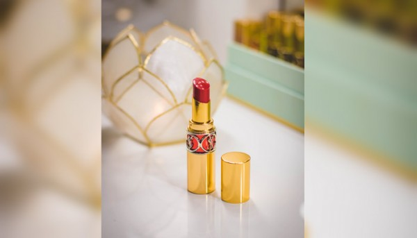 Close Up Photography Of Red Lipstick On Desk 850801