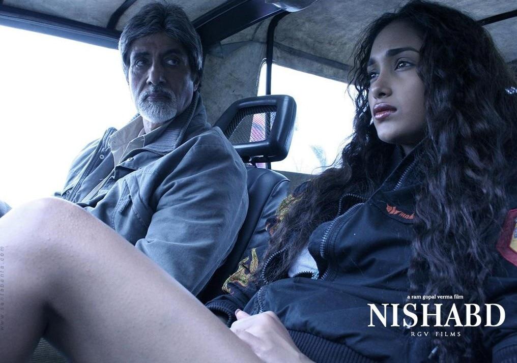 फिल्म 'निशब्द' के पोस्टर पर अमिताभ बच्चन के साथ जिया खान.