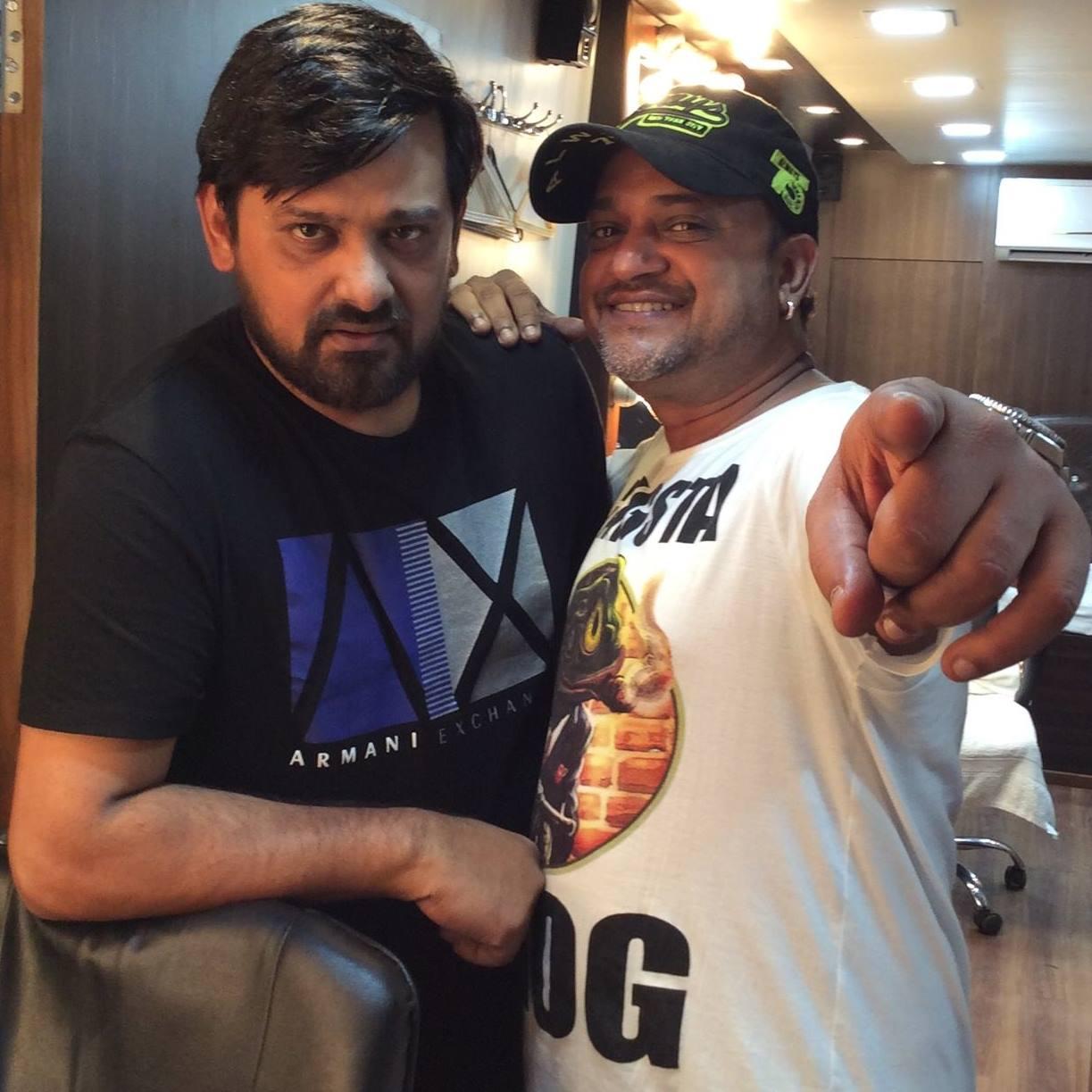 भाई और पार्टनर साजिद के साथ वाजिद खान (काली टी-शर्ट में).