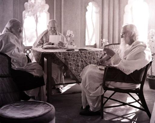 रबीन्द्रनाथ टैगोर के साथ रामानंद चट्टोपाध्याय बैठे हुए दिख रहे हैं
