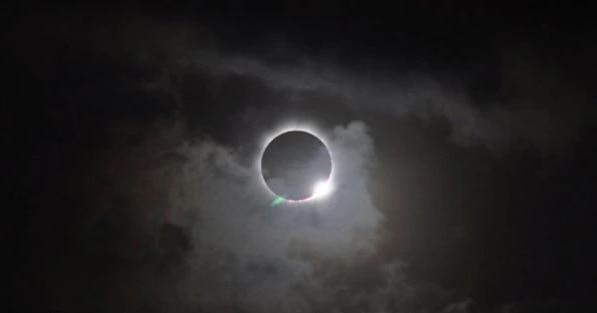 अगर सूरज की दूरी ज्यादा हुई तो कई बार चंद्रमा पूरी तरह सूरज को ढक लेता है. लेकिन इस बार चंद्रमा आंशिक तौर पर सूरज को ढकेगा. फोटो: NASA