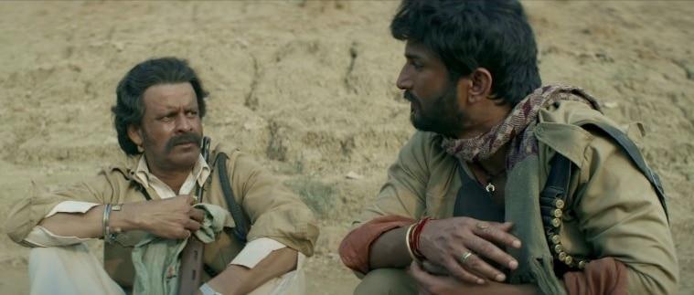 'सोनचिड़िया' के सेट पर मनोज बाजपेयी से बात करते सुशांत सिंह राजपूत.