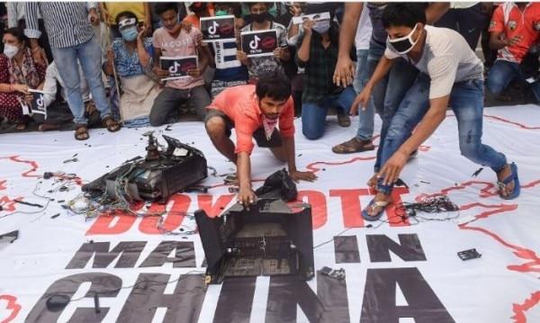 कोलकाता में यूथ कांग्रेस के कार्यकर्ता चीन का बायकॉट कर रहे. तस्वीर साभार- PTI