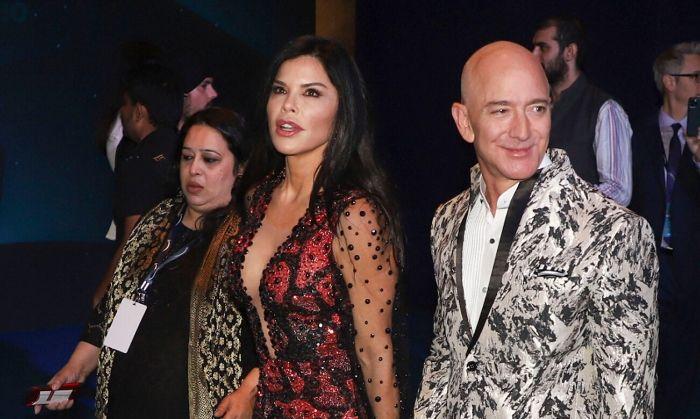 एमज़ॉन के मालिक जेफ़ बेजोस अपनी प्रेमिका के साथ, मुंबई में. 16 जनवरी, 2020. जेफ़ 14.25 लाख करोड़ रुपए के मालिक हैं. क्यूंकि एमज़ॉन में उनके 11.2% शेयर्स हैं.