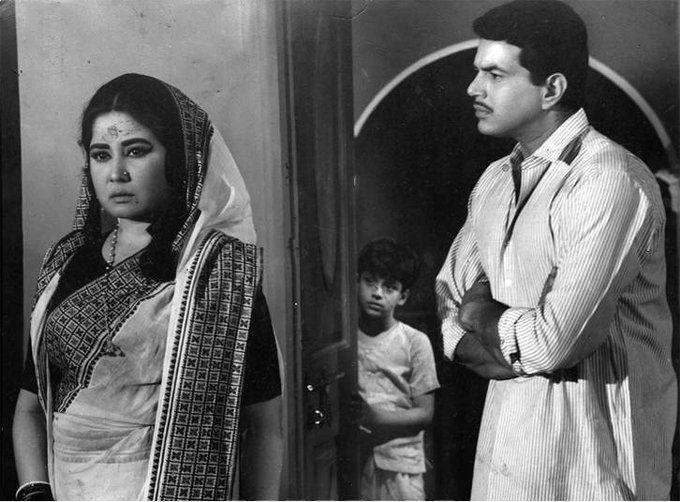 फिल्म 'मझली दीदी' के एक सीन में मीना कुमार और धर्मेंद्र के साथ बालक सचिन.
