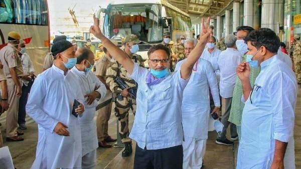 जैसलमेर से जयपुर आने के बाद गहलोत गुट के विधायकों की खुशी कुछ इस तरह नज़र आई.