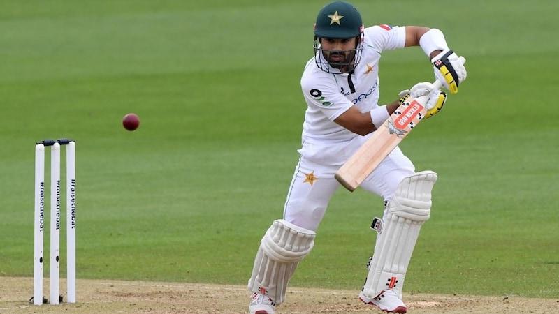 बारिश और खराब मौसम के बीच इंग्लैंड से अकेले लड़ रहा है ये पाकिस्तानी!