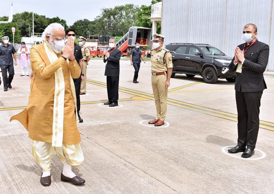 लखनऊ एयरपोर्ट पर नरेंद्र मोदी