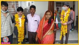 पेट्रोल पंप में काम करने वाले ने बेटे की पढ़ाई के लिए घर बेच दिया था, अब बेटा बना IAS