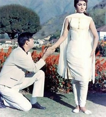 फिल्म वक़्त (1965) के समय भानु ने ये डिज़ाइन साधना के लिए बनाया था. जिसे आज भी लड़कियां फॉलो करती हैं.