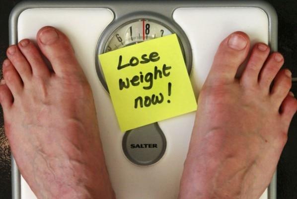 अक्सर लोगों को ये गलतफहमी भी हो जाती है कि वो कुछ नहीं खाएंगे या बहुत कम खाएंगे तो उनका वज़न कम हो जाएगा.