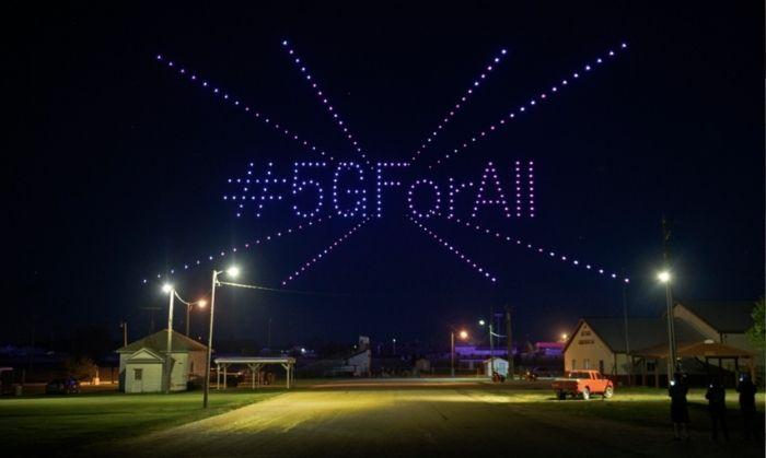 ये सांकेतिक तस्वीर अमेरिका के नॉर्थ डकोटा राज्य वाले लिसबन की है. 300 ड्रोन की सहायता से टी-मोबाइल ने बनाया #5GForAll (तस्वीर: PTI)