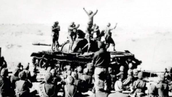 1971 की जीत के बाद ख़ुशी मनाते सेना के जवान