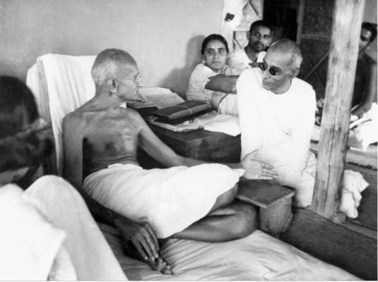 राजगोपालाचारी ने महात्मा गांधी के प्रभाव में आकर अपनी चलती वकालत छोड़ दी और स्वतंत्रता आंदोलन में कूद पड़े.