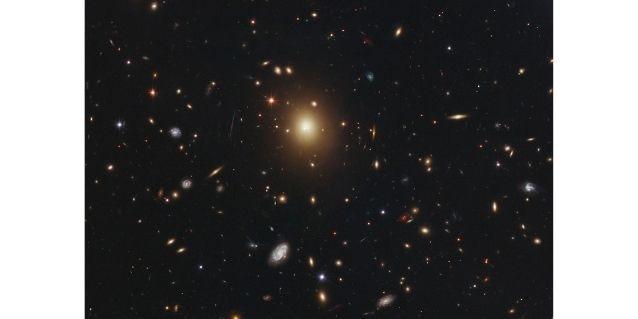 ये एबल 2261 गैलेक्सी क्लस्टर है. इसमें सेंटर में जो सबसे ज़्यादा चमक रही है वो है गैलेक्सी A2261-BCG.