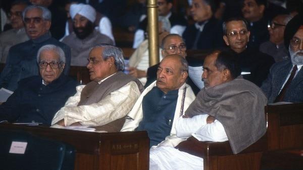 तीन पूर्व प्रधानमंत्रियों सर्वश्री चंद्रशेखर, पीवी नरसिंह राव और अटल बिहारी वाजपेयी के साथ सिकंदर बख्त (अगली पंक्ति में सबसे बाएं).