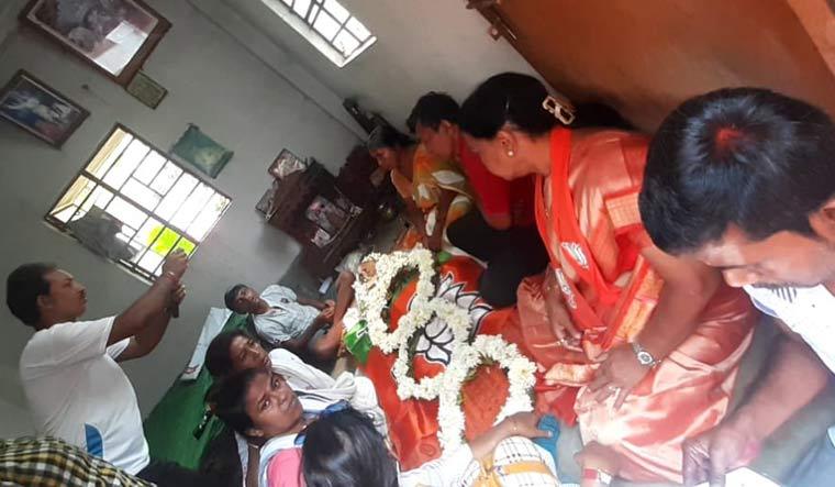Shova Majumdar के पार्थिव शरीर को बीजेपी के झंडे में लपेटा गया.