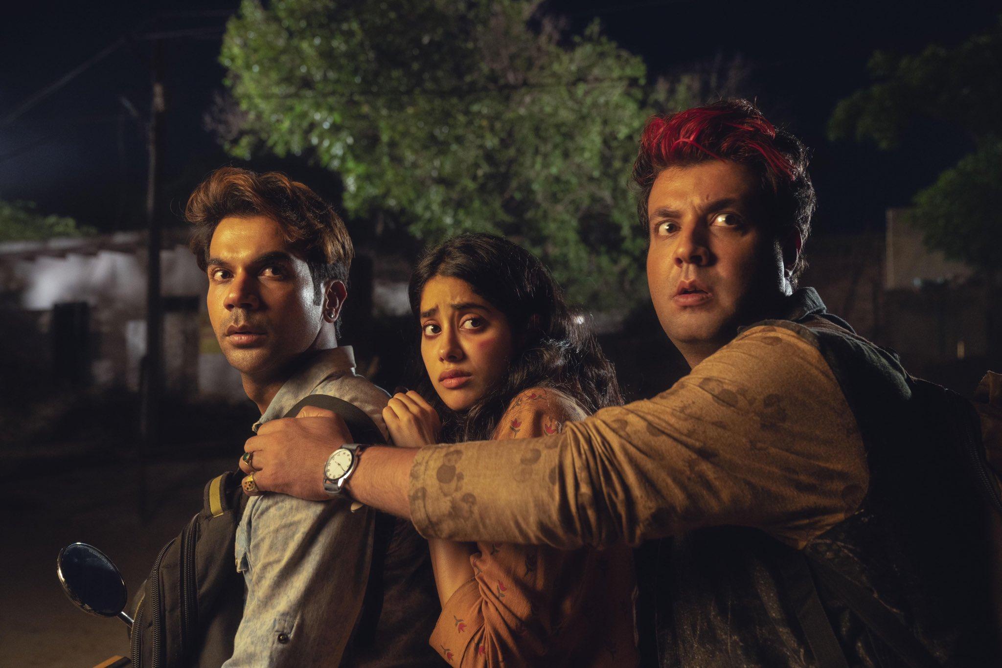 फिल्म 'रूही' के एक सीन में राजकुमार राव, जाह्नवी कपूर और वरुण शर्मा.