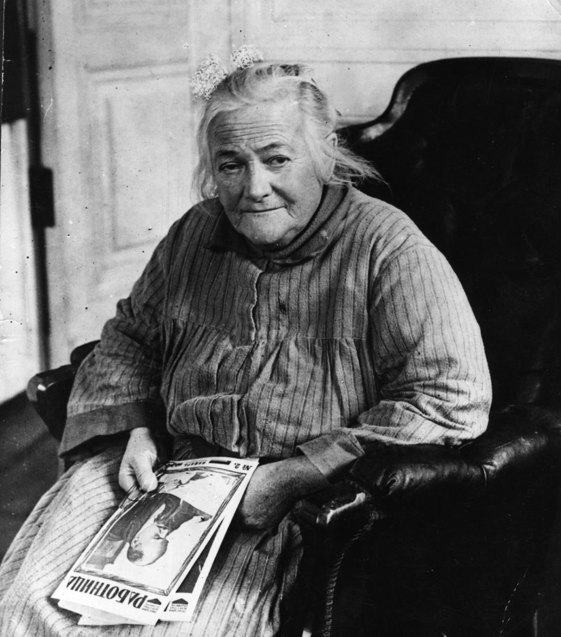 क्लारा जेटकिन जर्मनी की कम्युनिस्ट पार्टी की सदस्य थीं. महिलाओं और मजदूरों के अधिकारों के लिए उन्होंने ताउम्र संघर्ष किया. हिटलर के सत्ता में आने के बाद उन्हें जर्मनी छोड़कर जाना पड़ा.