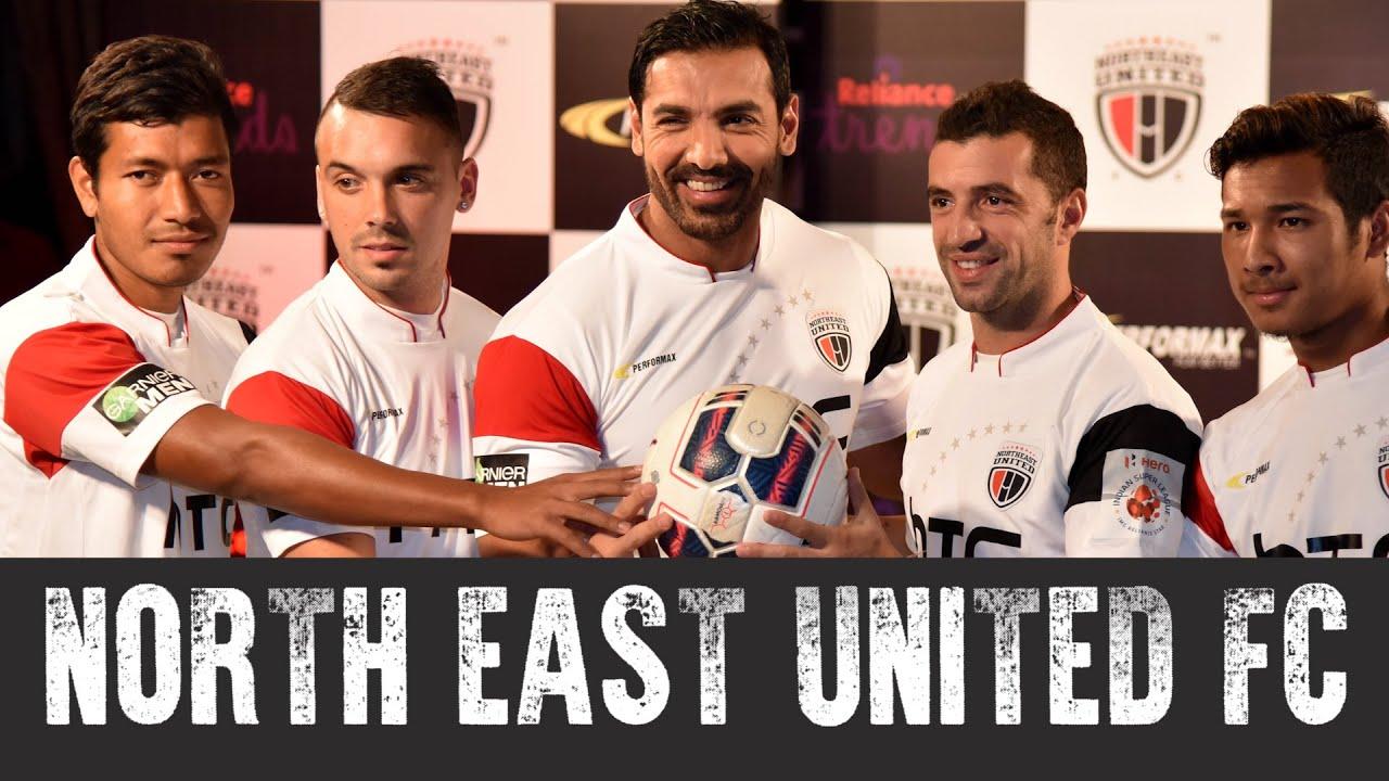अपनी फुटबॉल टीम नॉर्थ ईस्ट यूनाइटेड एफसी के सदस्यों के साथ जॉन अब्राहम.