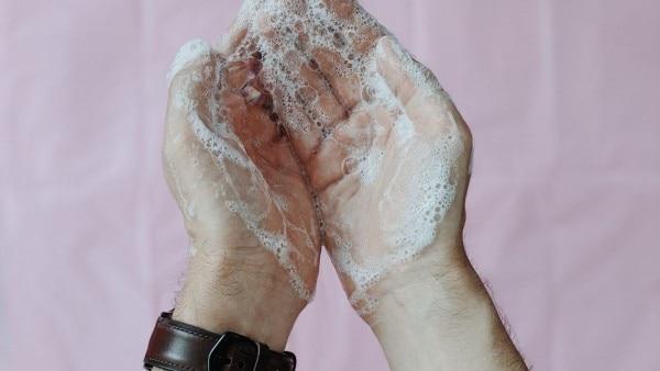 अपने नाज़ुक हाथों को थोड़ा समय दीजिए और पूरे संयम के साथ उसे साफ कीजिए.
