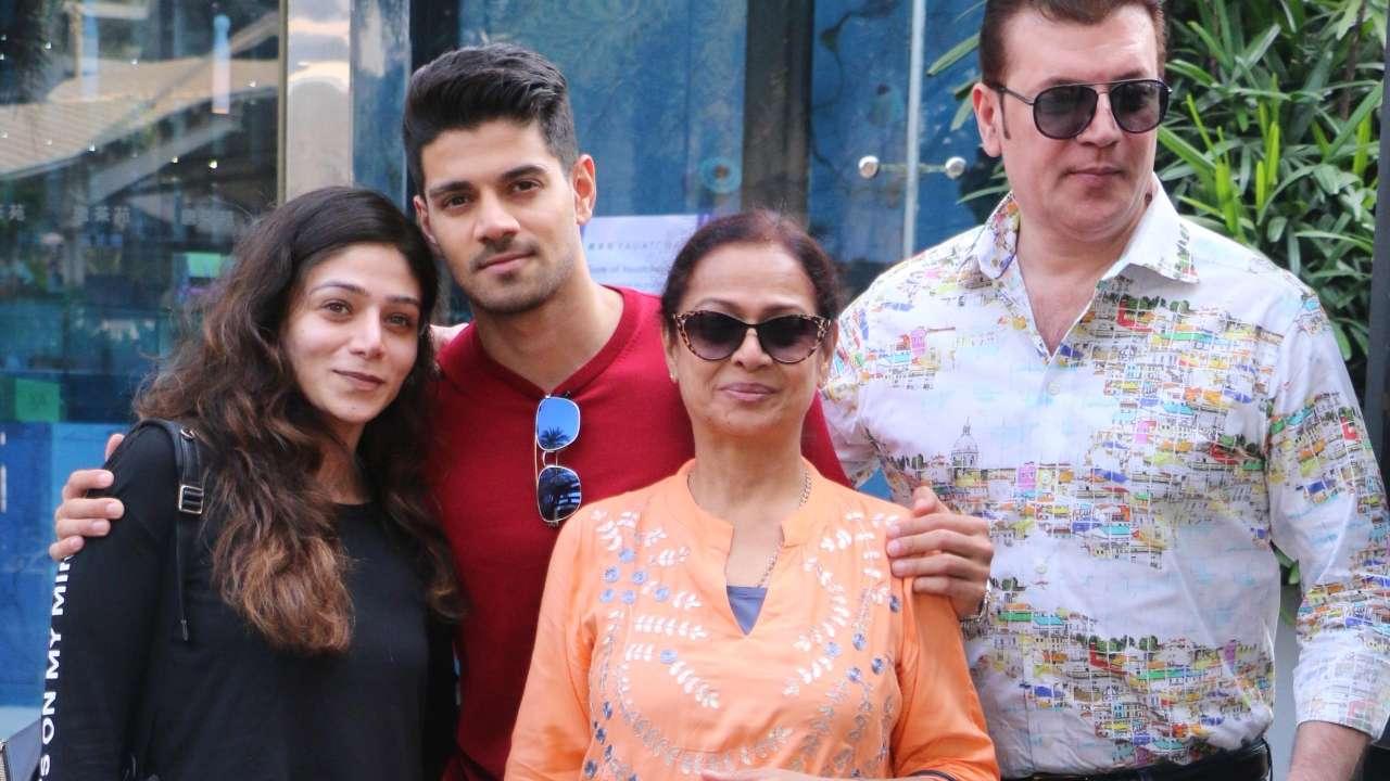 पत्नी जरीना, बेटे सूरज और बिटिया सना के साथ आदित्य पंचोली.
