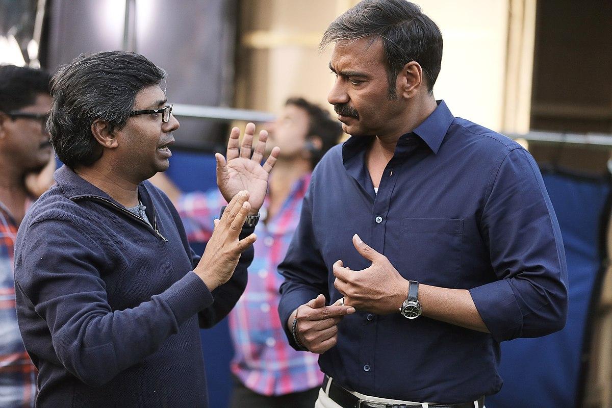 फिल्म 'रेड' की शूटिंग के दौरान अपने लीडिंग मैन अजय देवगन के साथ डिस्कशन करते फिल्ममेकर राज कुमार गुप्ता.