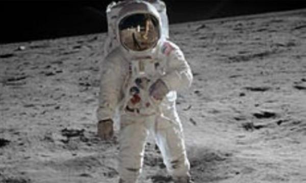 चांद पर बज एल्ड्रिन.