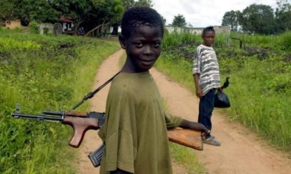 स्कूल बंद हो जाने के कारण शिक्षा से दूर हुए बच्चे आर्म्ड ग्रुप्स के चंगुल में फंसकर बन जाते हैं चाइल्ड सोल्ज़र.