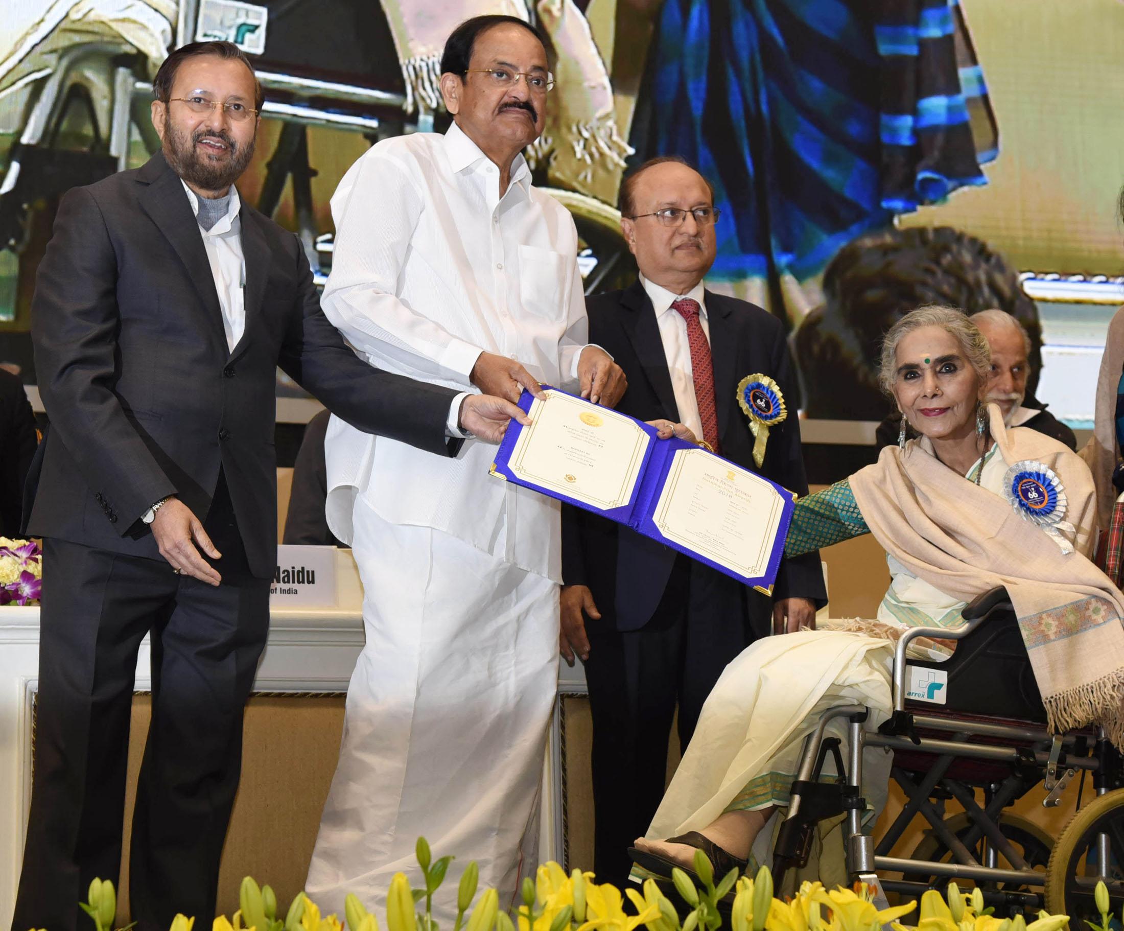 फिल्म 'बधाई हो' के लिए उप-राष्ट्रपति वेंकैया नायडु के हाथों बेस्ट सपोर्टिंग एक्टर का नेशनल अवॉर्ड रिसीव करती सुरेखा सीकरी.