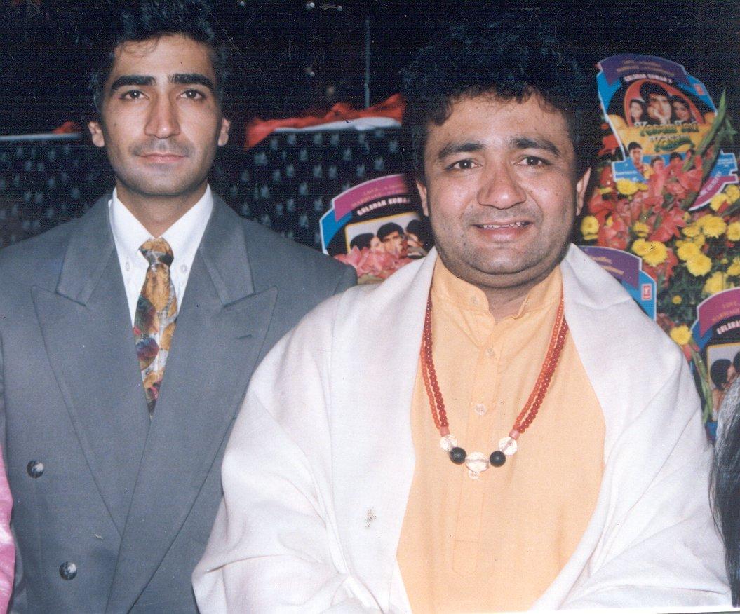 बेटे कृष्ण कुमार के साथ म्यूज़िक बैरन गुलशन कुमार.