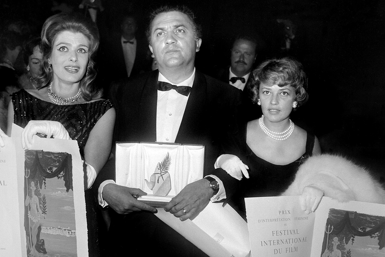 'ला डोल्चे विटा' के लिए कैन फिल्म फेस्टिवल का सबसे बड़ा अवॉर्ड पाम ड'ऑर जीतने के बाद फिल्म फेडेरिको फेलिनी.