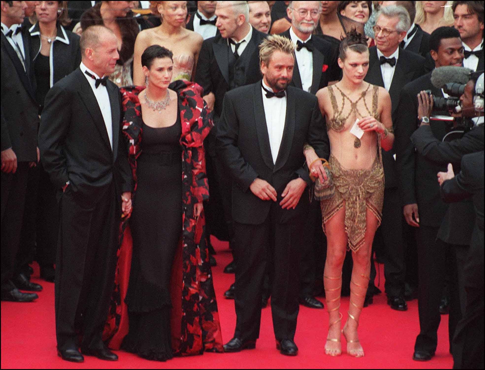 50वें कैन फिल्म फेस्टिवल के रेट कार्पेट पर ब्रूस विलिस, डेमी मूर, फिल्म 'द फिफ्थ एलीमेंट' के डायरेक्टर लुक बेसन और मिला जोवोविच (बाएं से दाएं).