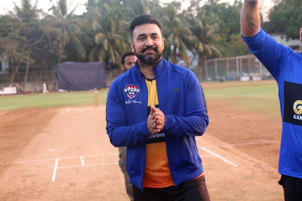 एक पब्लिक इवेंट के दौरान राज कुंद्रा.