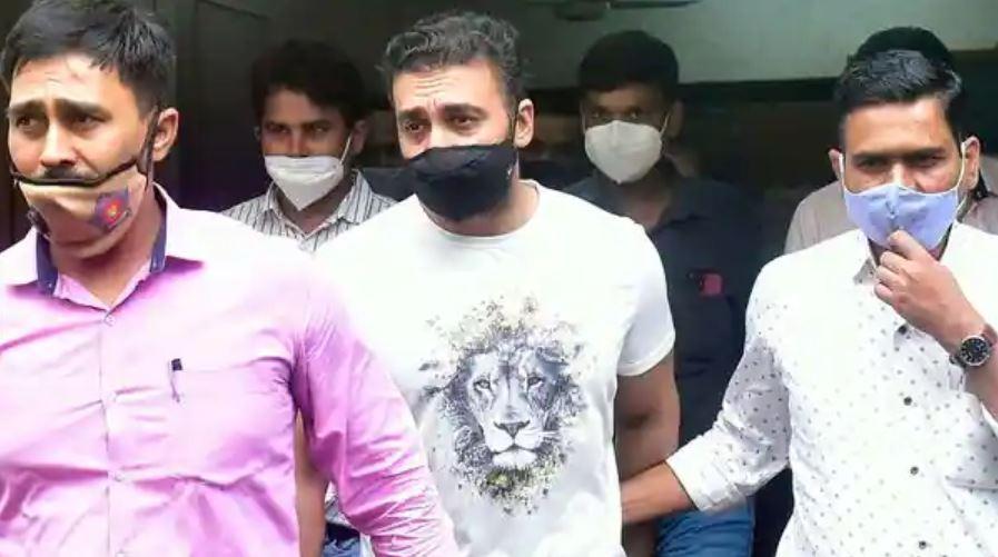 तलाशी के बाद राज कुंद्रा को उनके घर से लेकर निकलती मुंबई पुलिस की टीम.