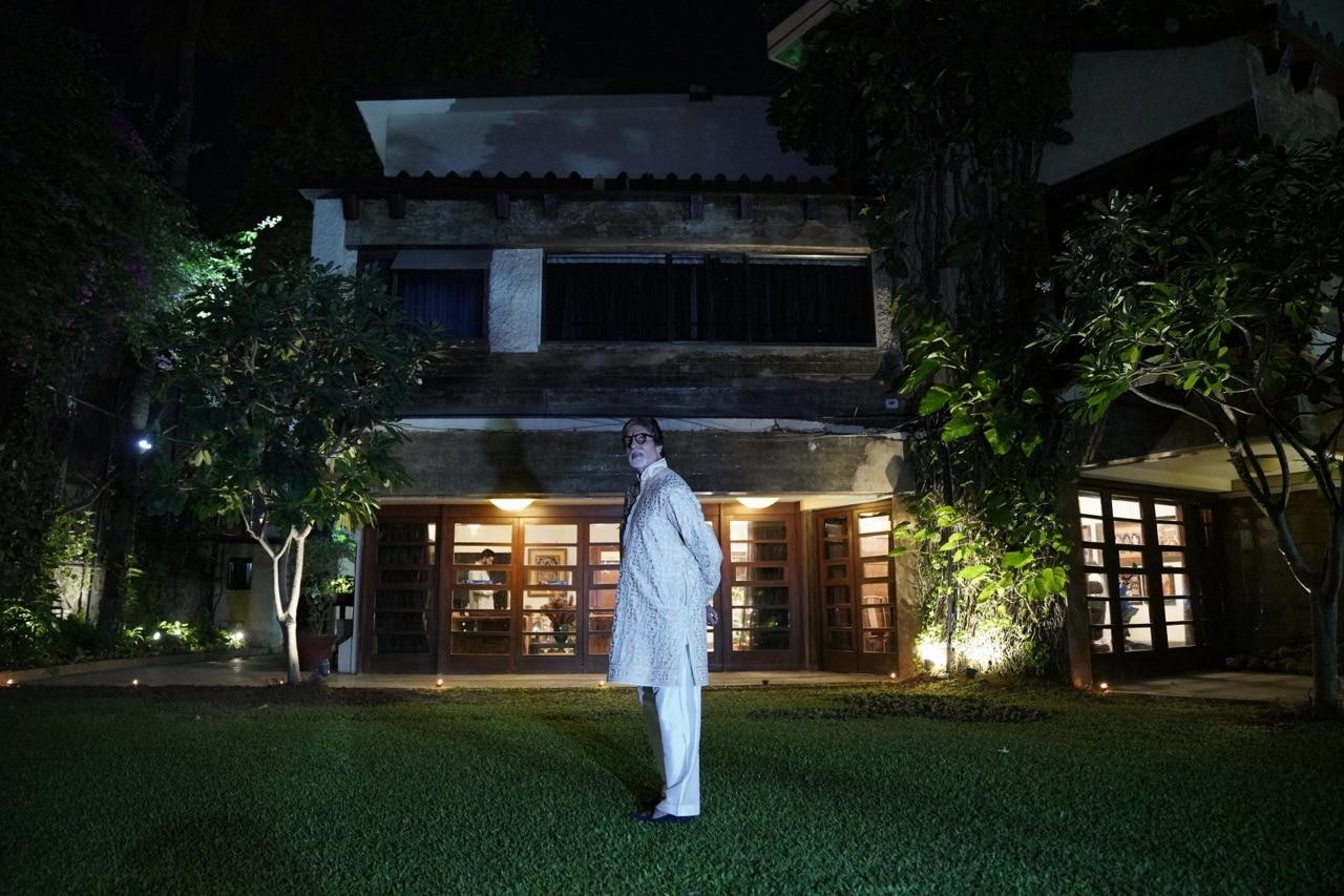 अपने बंग्ले प्रतीक्षा के अहाते में टहलते अमिताभ बच्चन.