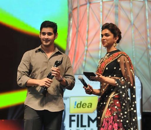 एक अवॉर्ड शो के दौरान महेश बाबू और दीपिका पादुकोण.