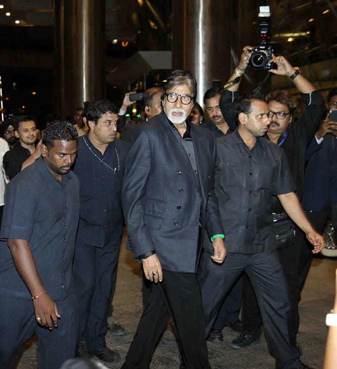 एक पब्लिक इवेंट के दौरान अमिताभ के साथ जीतेंद्र शिंदे. अमिताभ के बाएं हाथ के पास सफारी पहने जो व्यक्ति दिख रहा है, वही जीतेंद्र शिंदे हैं.