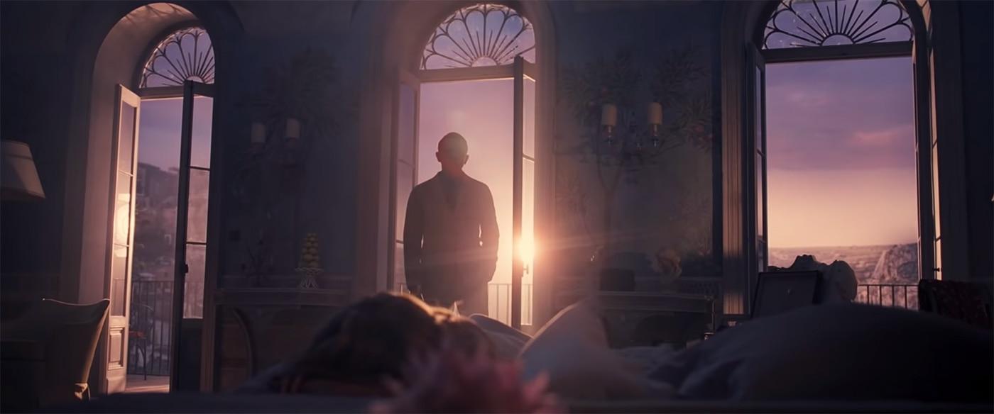 फिल्म के शुरुआती सीन्स में अपने गर्लफ्रेंड मैडलिन को सोते हुए देखता जेम्स बॉन्ड का किरदार.