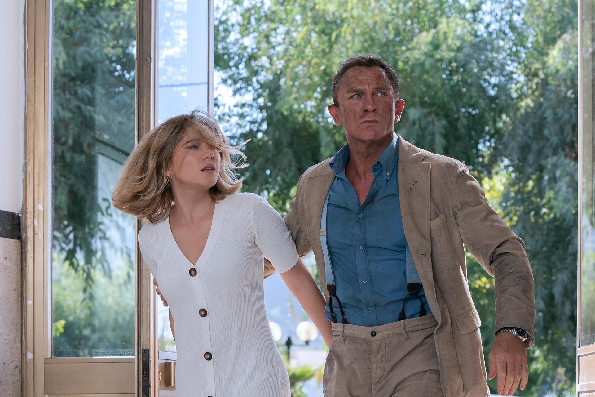 रिटायरमेंट के बाद जासूसी की दुनिया में वापस जाने को मजबूर अपने प्रेम से अलग होता जेम्स बॉन्ड.