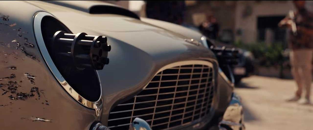 एस्टन मार्टिन से फायरिंग करता जेम्स बॉन्ड का किरदार.