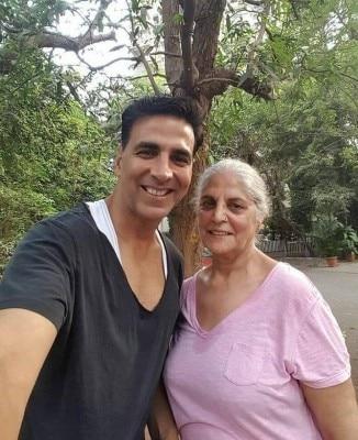 अक्षय कुमार अपनी माताजी के साथ.