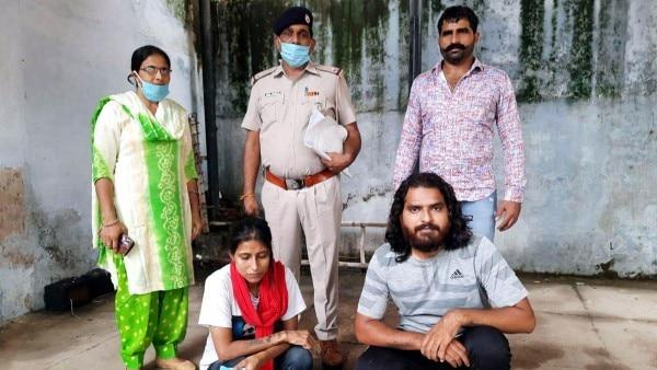 पुलिस की गिरफ्त में Manju Arya और उसका साथी. मंजू ने कुछ साल पहले ही अपना घर छोड़ दिया था. उसने पंजाब में रहने वाले एक व्यक्ति से शादी की थी. (फोटो: इंडिया टुडे)