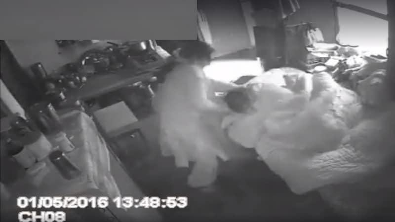 सास को मार रही है ये औरत, वीडियो देख जी घिन्ना जाएगा