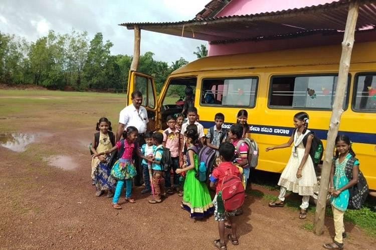 राजाराम स्कूल के बच्चों के साथ. फ़ोटो कर्टसी: द न्यूज़ मिनट.