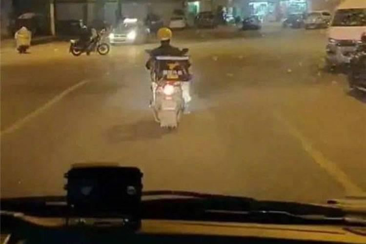 एम्बूलेंस को रास्ता बताते हुए 'लू हुचेंग'. फोटो क्रेडिट- People's Daily China, Facebook